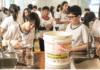 Alunos do quarto ano do Centro Educacional Pioneiro, na zona sul, trabalham na produção de chorume em projeto da escola; colégio incentiva a cultura maker, na qual os alunos são estimulados a empreender e construir - Keiny Andrade/Folhapress