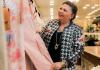 ena Aldin, em sua loja de roupas em São Paulo - Gabriel Cabral/Folhapress